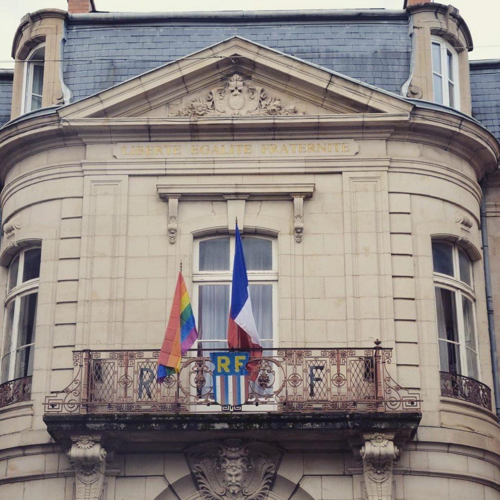 Mairie de Millau avec drapeau LGBTQI+