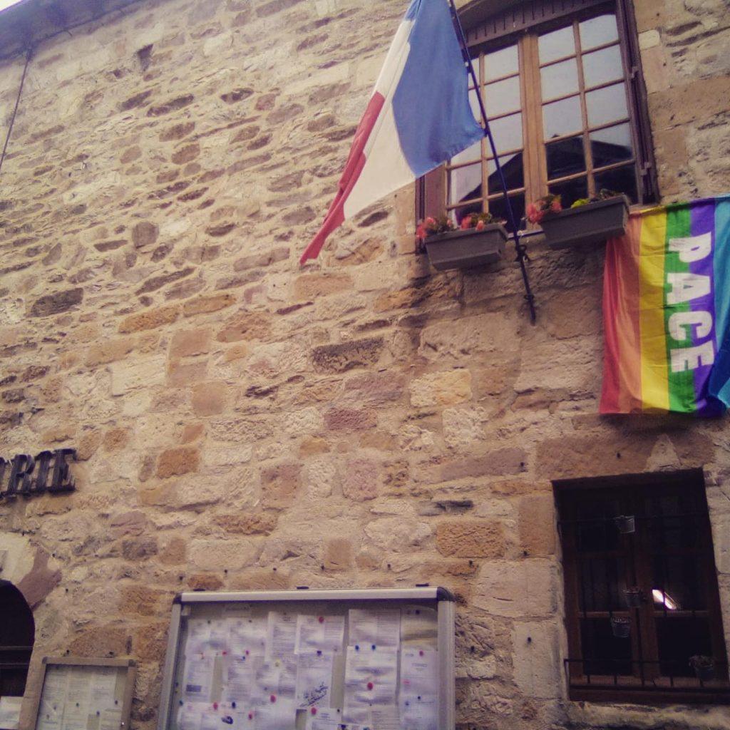 Mairie de Najac avec drapeau LGBTQI+