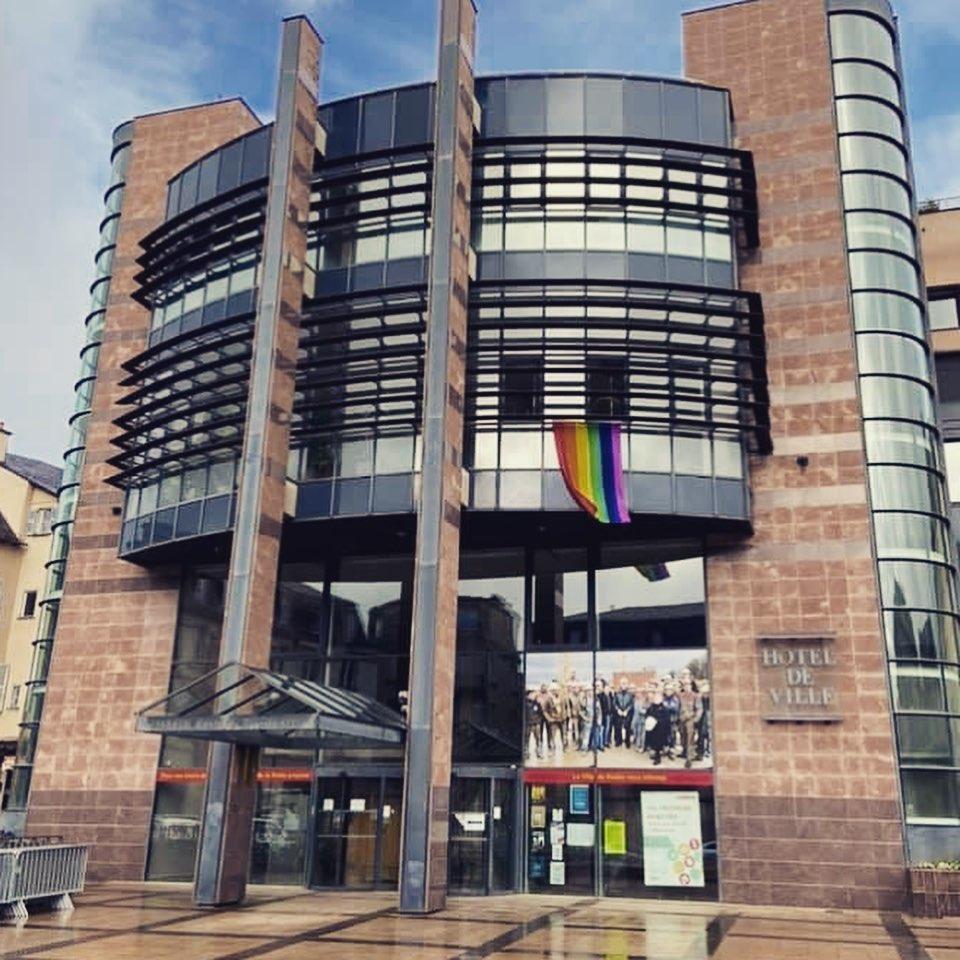 Mairie de Rodez avec drapeau LGBTQI+